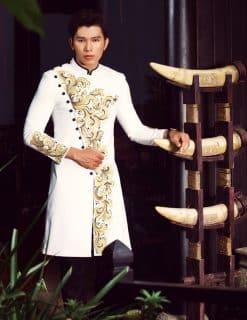 Áo dài nam trắng vẽ hoa văn vàng