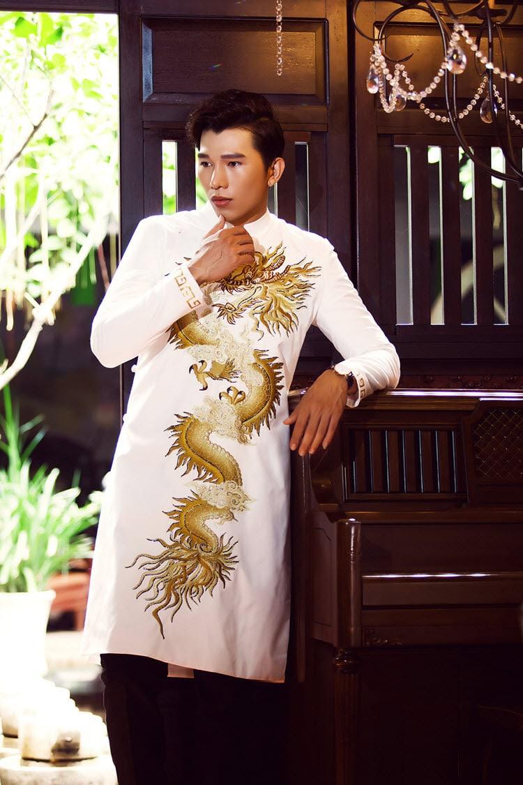 Áo dài nam trắng vẽ rồng vàng tinh xảo
