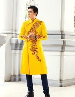 Áo dài nam vàng vẽ họa tiết đỏ nổi bật