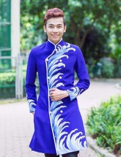 Áo dài nam xanh coban vẽ họa tiết sóng biển