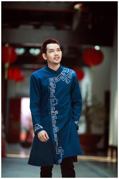 Áo dài nam xanh đậm họa tiết đơn giản