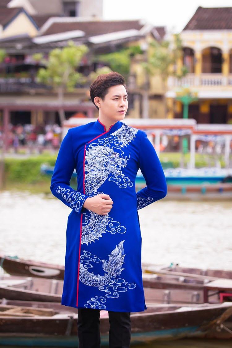 Áo dài nam xanh họa tiết rồng trẻ trung