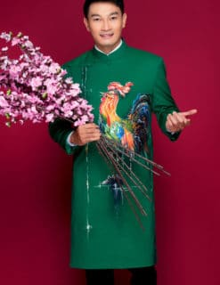Áo dài nam xanh lục bảo vẽ gà cách điệu