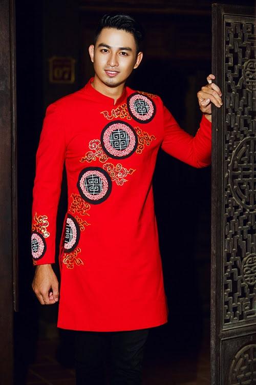 Áo dài nam đỏ họa tiết đồng tiền cách điệu