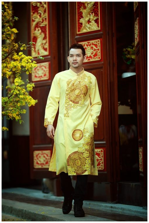 Áo dài nam vàng họa tiết trống đồng cổ điển