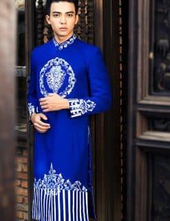 Áo dài nam xanh coban họa tiết trắng ấn tượng