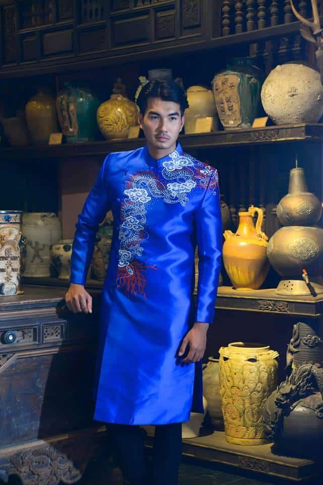 Áo dài nam xanh coban họa tiết rồng cách điệu