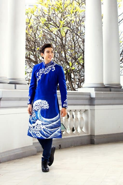 Áo dài nam xanh coban vẽ họa tiết con sóng