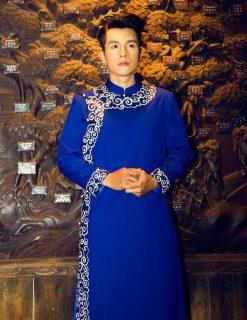 Áo dài nam xanh coban viền vẽ họa tiết trắng