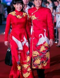 Áo dài cưới cặp màu đỏ họa tiết chim hạc bên hoa mai