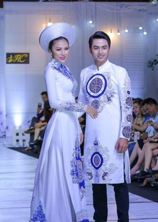 Áo dài cưới cặp trắng họa tiết xanh ấn tượng