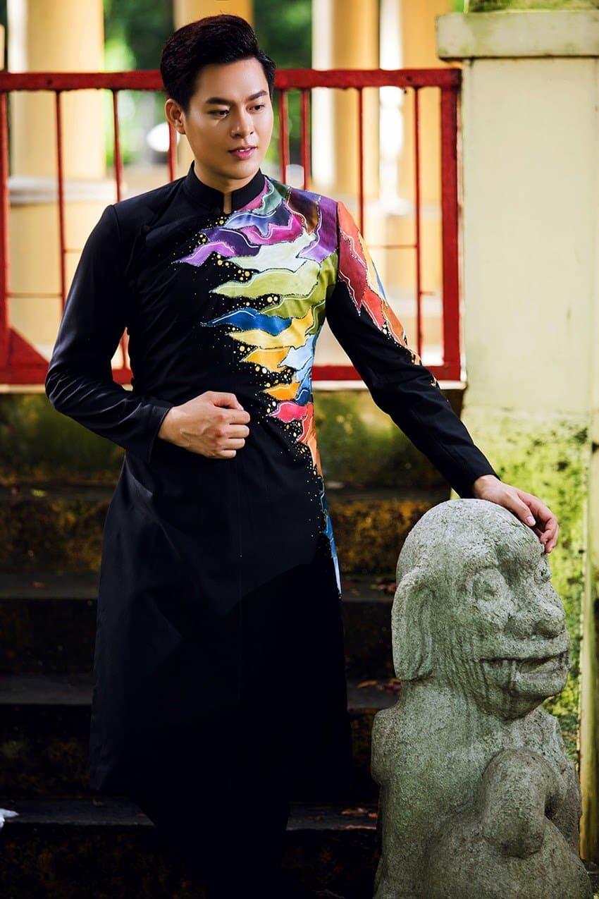 Áo dài nam cách tân đen họa tiết màu sắc độc lạ