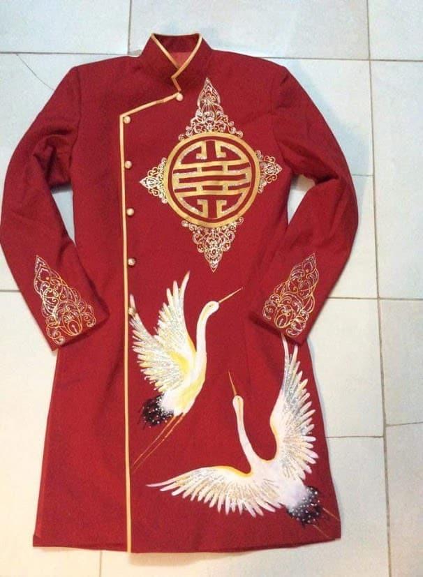 Áo dài nam cách tân đỏ họa tiết chim hạc bay lượn
