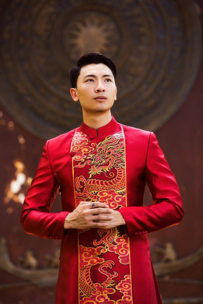 Áo dài nam cách tân đỏ họa tiết phong cách vua chúa