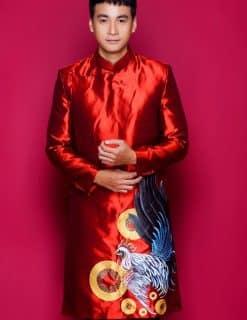 Áo dài nam cách tân đỏ nổi bật vẽ gà trống