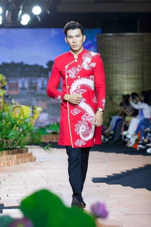 Áo dài nam cách tân đỏ vẽ rồng trắng tinh xảo