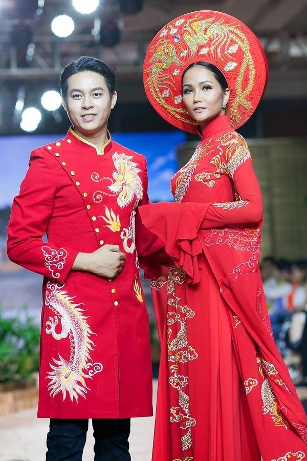 Áo dài nam cách tân đỏ vẽ rồng vàng cách điệu