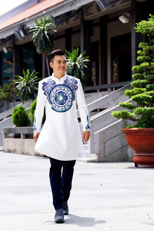 Áo dài nam cách tân trắng họa tiết tròn cách điệu