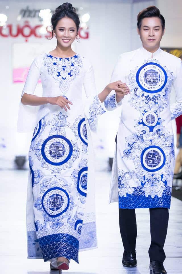 Áo dài nam cách tân trắng họa tiết xanh cổ điển