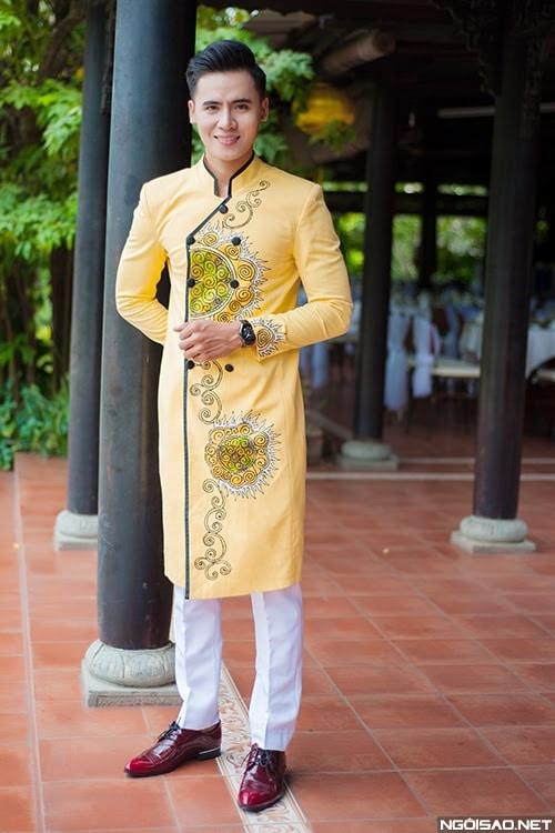 Áo dài nam cách tân vàng họa tiết độc lạ