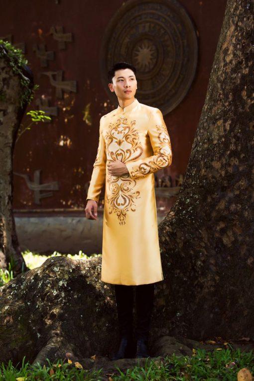 Áo dài nam cách tân vàng vẽ họa tiết hoàng gia