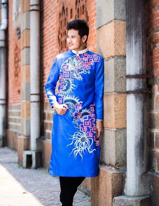 Áo dài nam cách tân xanh họa tiết rồng phá cách