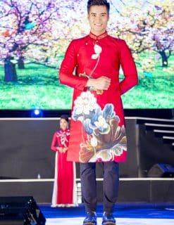 Áo dài nam cách tân đỏ họa tiết hoa sen đua nở