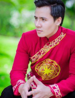 Áo dài nam cách tân đỏ họa tiết trống đồng bắt mắt