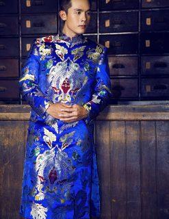 Áo dài nam gấm xanh họa tiết cầu kỳ nổi bật