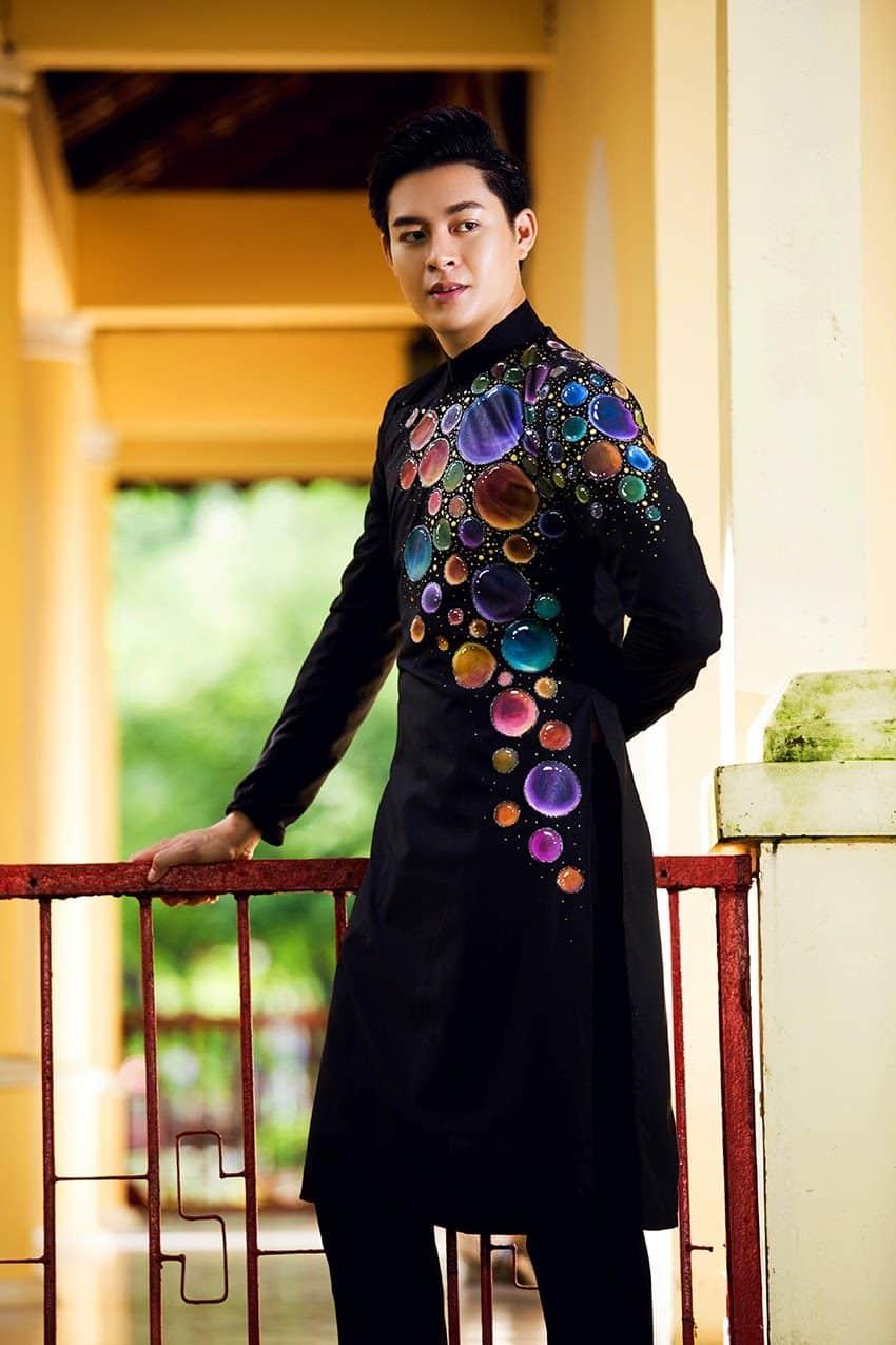 Áo dài nam cách tân đen họa tiết bong bóng nhiều màu