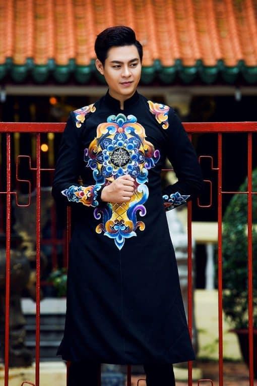 Áo dài nam cách tân đen họa tiết màu sắc độc đáo