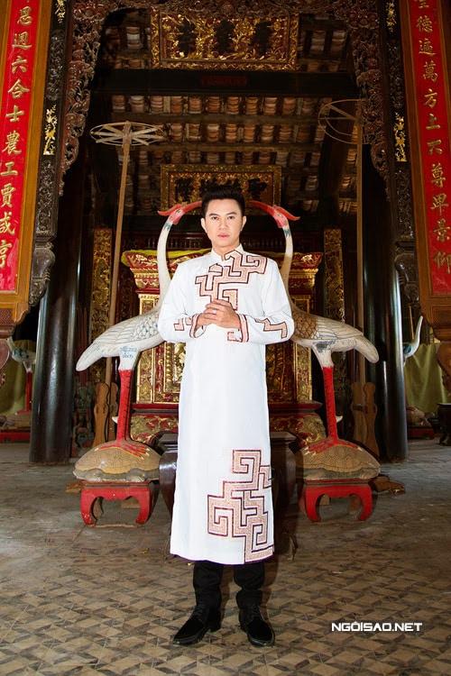 Áo dài nam cách tân trắng họa tiết phong cách cổ điển