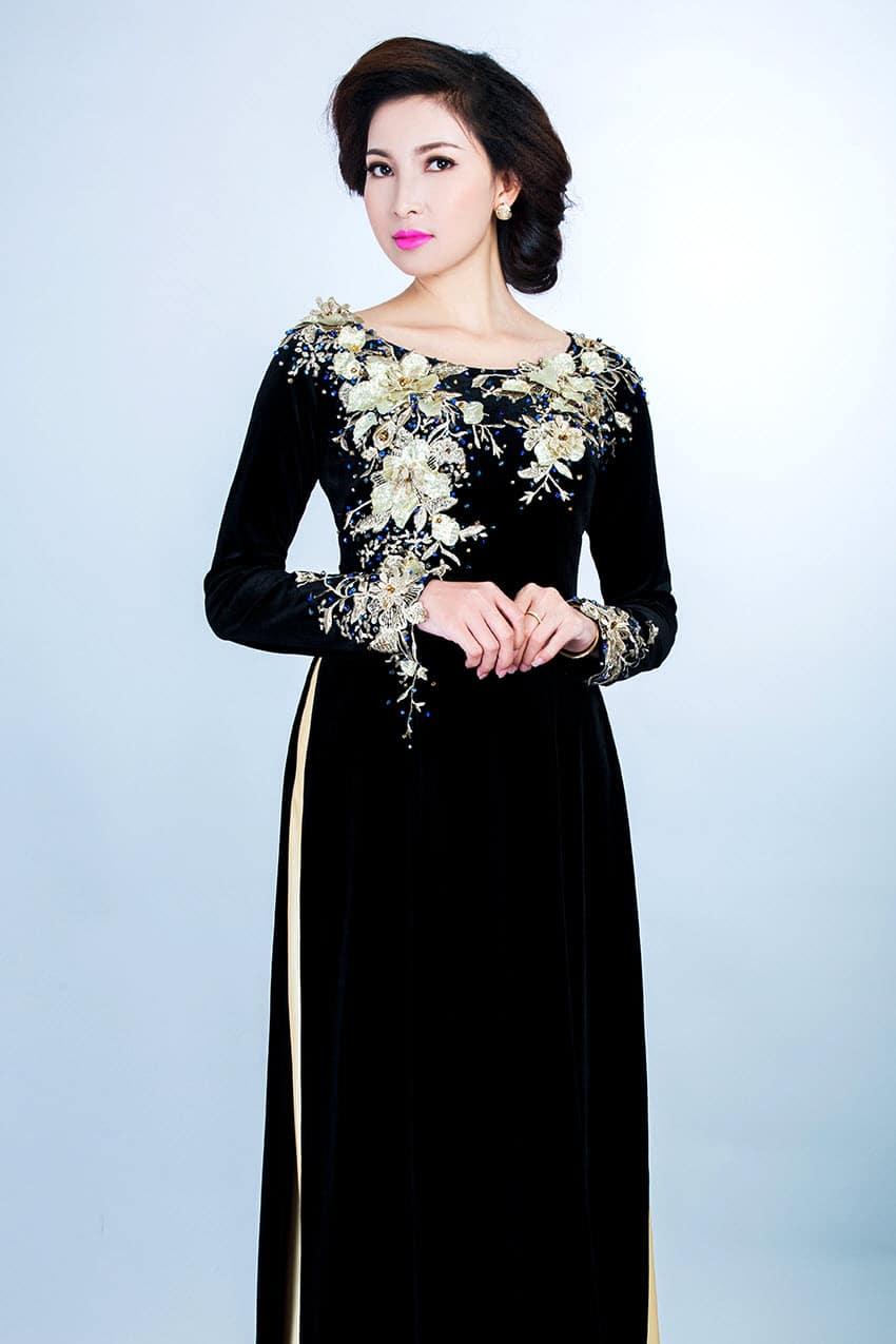 Áo dài bà sui đen đắp ren hoa sang trọng