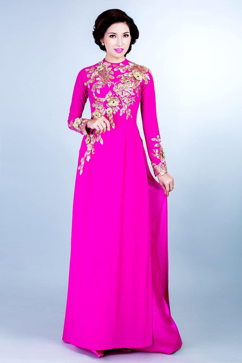 Áo dài bà sui hồng đắp hoa vàng đồng nổi bật