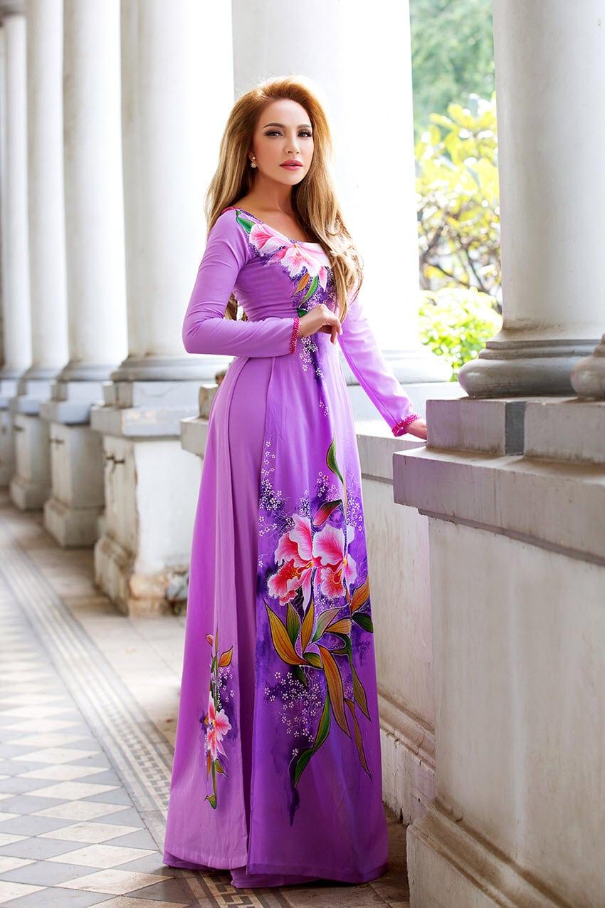 Áo dài bà sui tím vẽ hoa màu sắc rực rỡ