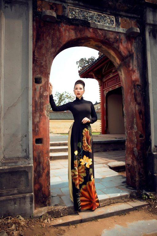 Áo dài nữ đen đẹp kiêu sa vẽ hoa sen