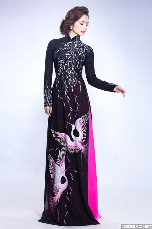 Áo dài nữ đen vẽ chim công và hoa lá