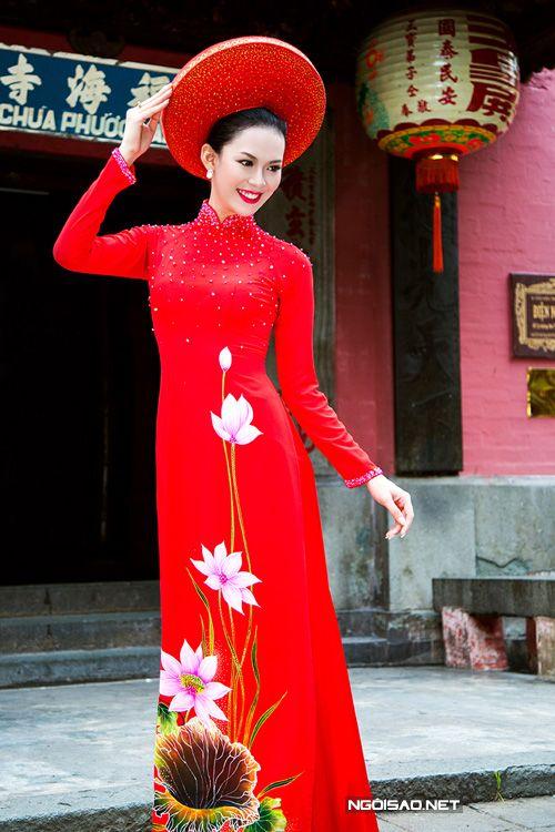 Áo dài nữ đỏ nổi bật vẽ hoa sen