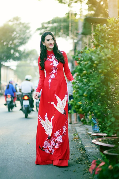 Áo dài nữ đỏ vẽ hoa đào và chim hạc