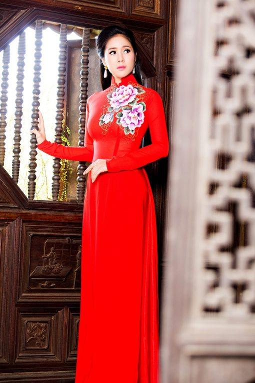 Áo dài nữ đỏ vẽ hoa mẫu đơn ấn tượng