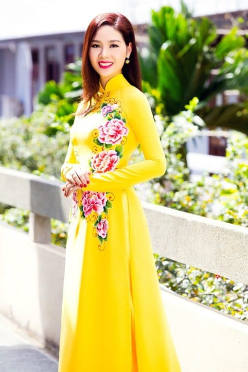 Áo dài nữ vàng tươi trẻ vẽ hoa mẫu đơn