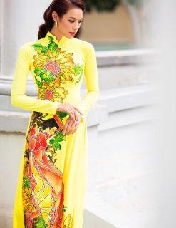 Áo dài nữ vàng vẽ họa tiết người và hoa