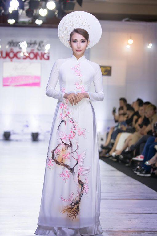 Áo dài nữ trắng vẽ hoa đào và chim hạc
