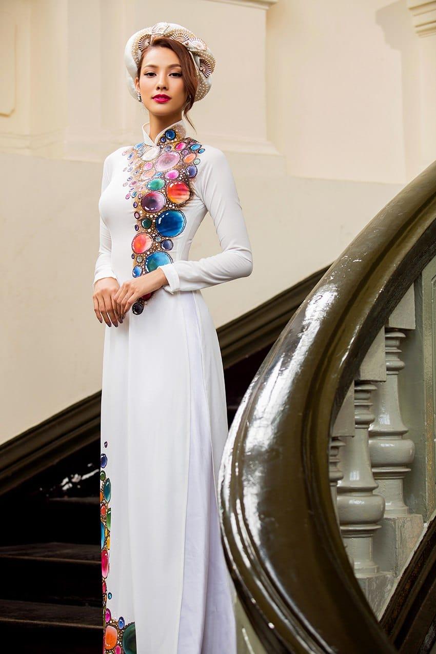 Áo dài nữ trắng vẽ họa tiết sắc màu hiện đại