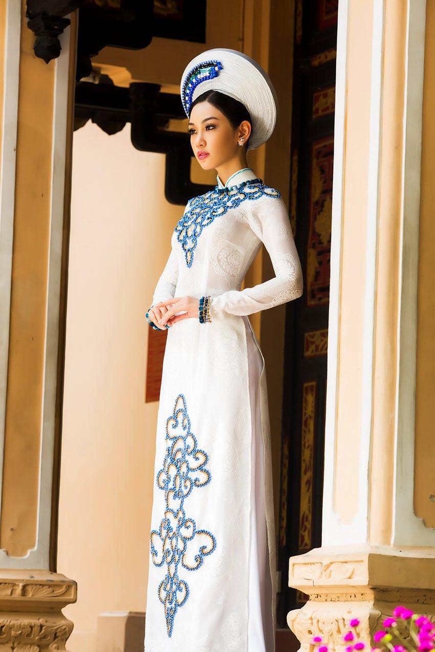 Áo dài nữ trắng họa tiết xanh đối xứng