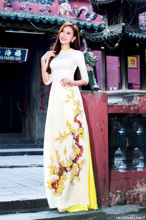 Áo dài nữ trắng vẽ hoa mai vàng nổi bật