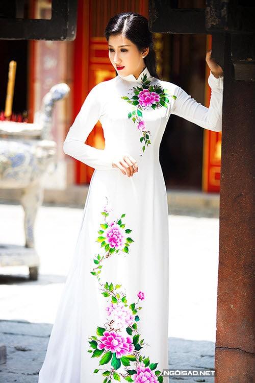 Áo dài nữ trắng duyên dáng vẽ hoa mẫu đơn