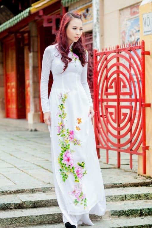 Áo dài nữ trắng vẽ hoa nhẹ nhàng