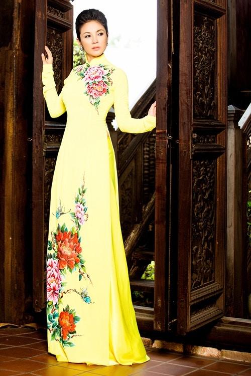 Áo dài nữ vàng trẻ trung vẽ hoa mẫu đơn
