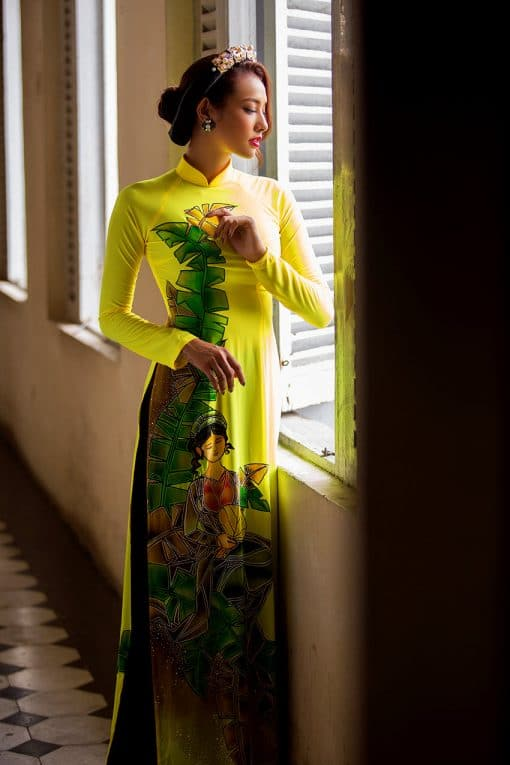 Áo dài nữ vàng vẽ hình ảnh cô gái quê